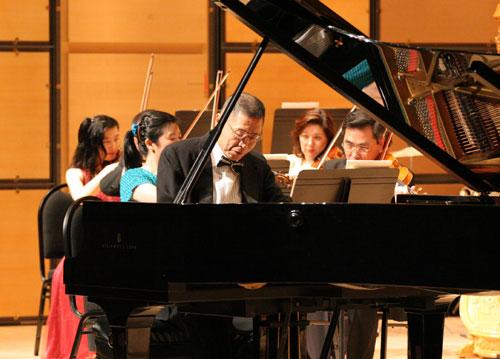 """刘诗昆在第四届""""中西荟萃音乐会""""上(多伦多,2006)"""