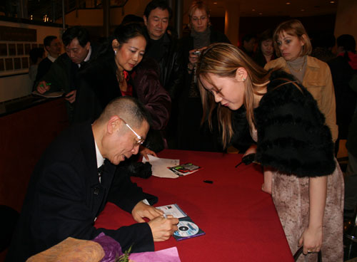 刘诗昆在演出后为观众签名(多伦多,2006)(摄影:捷克佳)